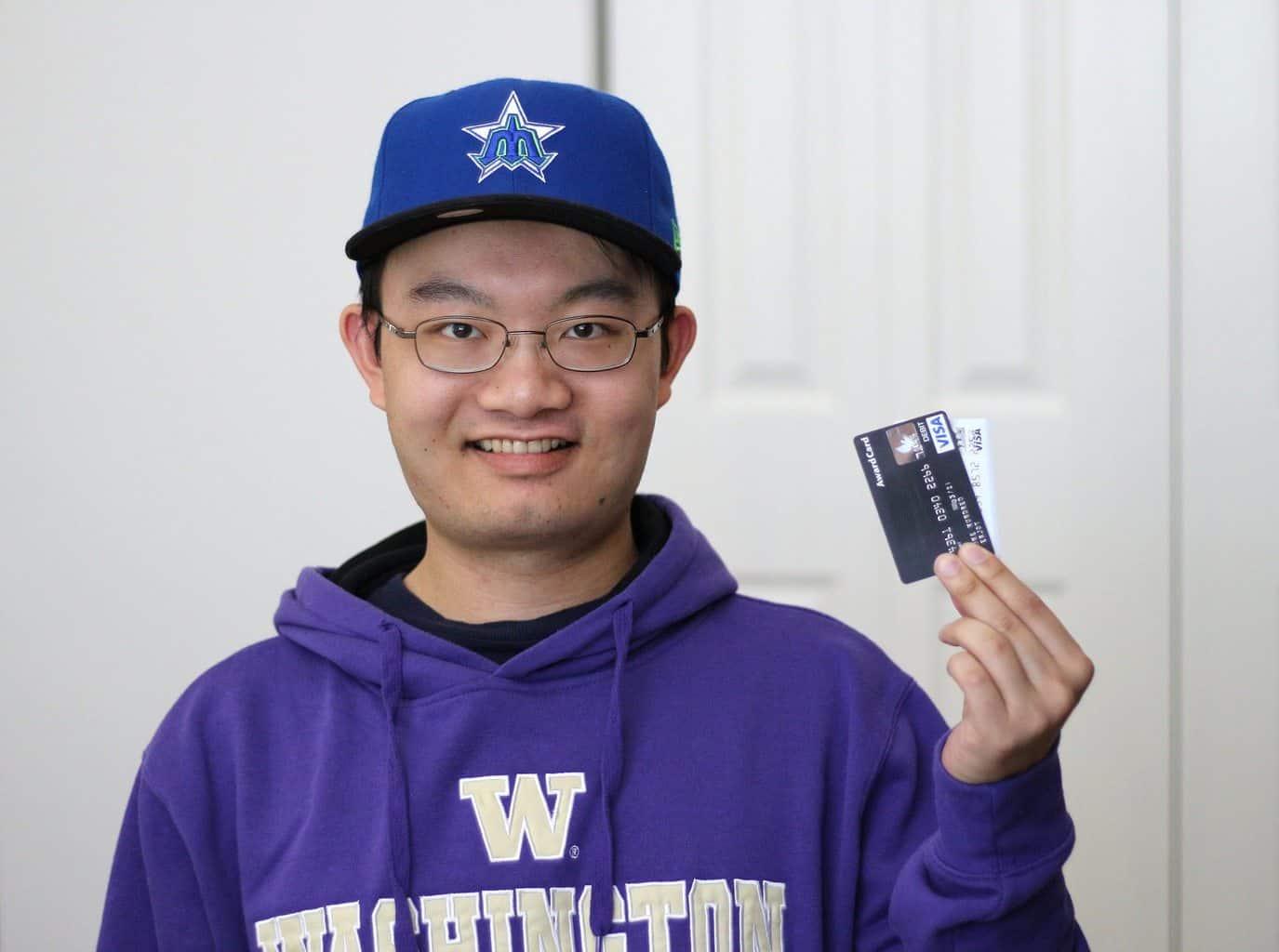 Bilde av mann med kredittkort i hånden